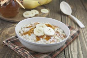 tigela de mingau com bananas saudável e saborosa