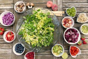 nutry-vasilhas-saladas-folhas-frutas-proteínas-e-oleaginosas-macronutrientes