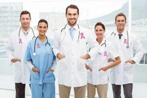 grupo-de-medicos-atendimento-cancer-de-mama