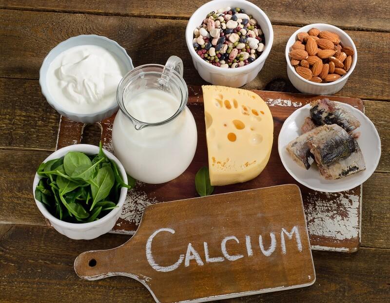 nutry-tábua-alimentos-ricos-em-cálcio-leite-oleaginosas-castanhas-amêndoas-queijo-peixe-rúcula