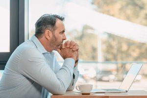 nutrimental-homem-pensativo-olhando-o-horizonte-novembro-azul-saúde-masculina-2