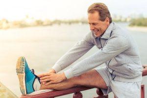 nutrimental-homem-meia-idade-praticando-alongamento-novembro-azul-saúde-masculina-3