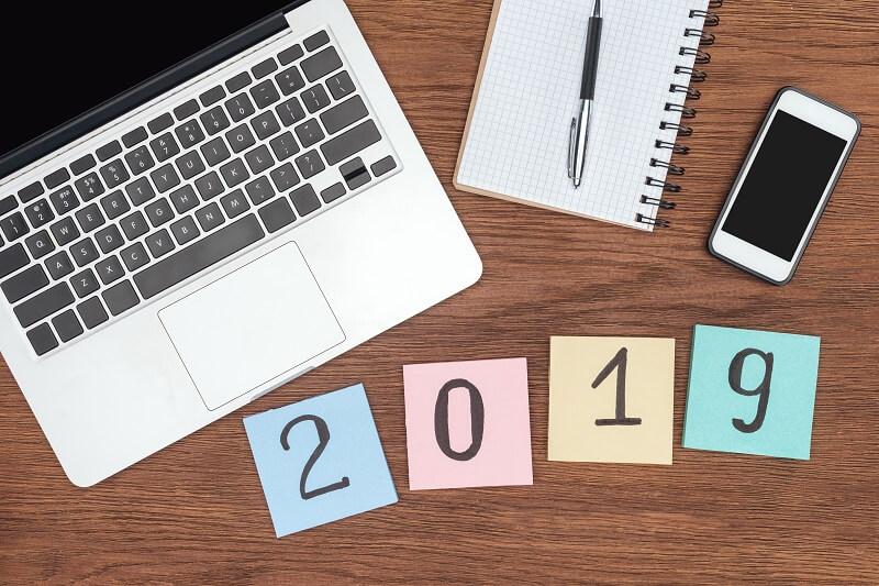 computador caderno caneta e celular plano de ação para 2019