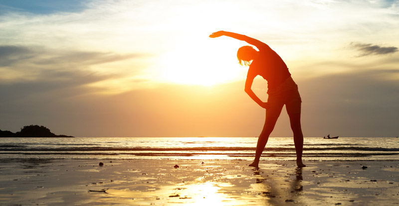 mulher-cuidando-do-corpo-e-da-mente-na-praia-saude-mental