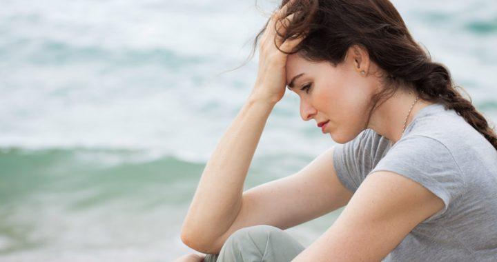 mulher-triste-na-praia-saude-mental