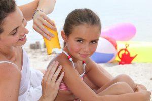 vitamina d mulher e filha pegando sol na praia