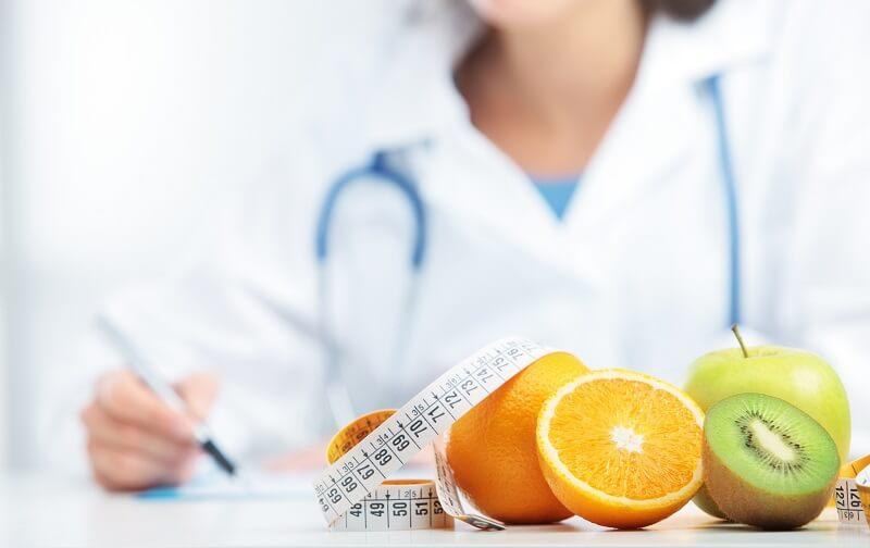 nutricionista no consultório orientando dieta sem carne veganos e vegetarianos