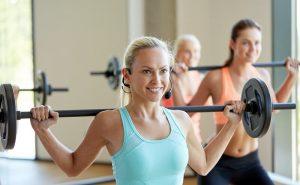 grupo-mulheres-halteres-exercício-academia