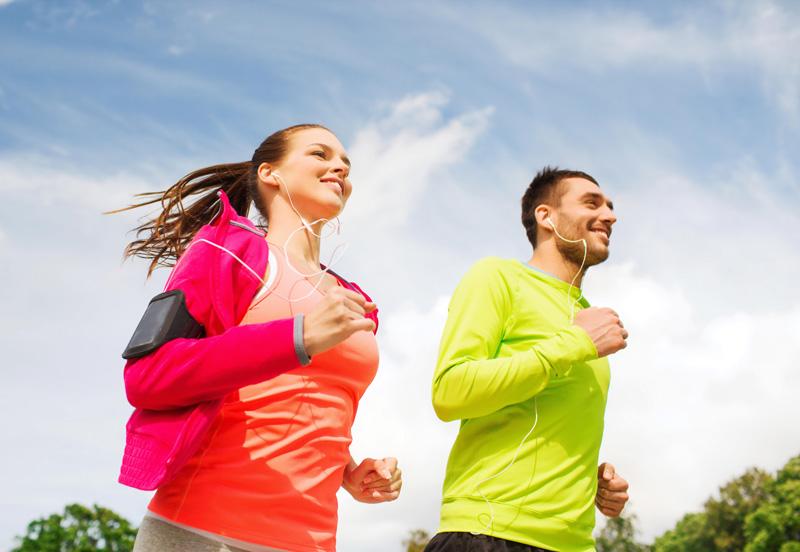 homem-mulher-praticando-corrida-nutrimental-repouso-exercicios-fisicos
