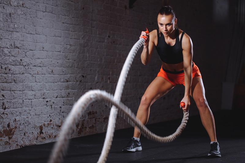 mulher-exercicio-cordas-nutrimental-repouso-exercicios-fisicos