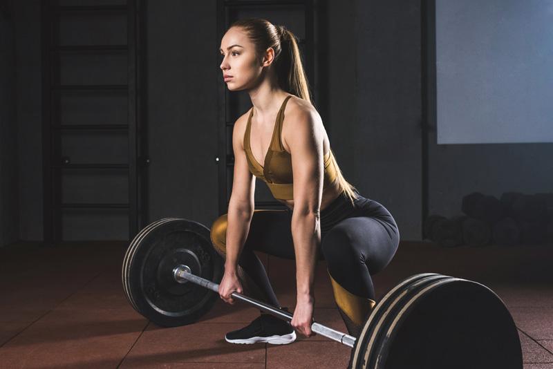 mulher-levantando-peso-nutrimental-repouso-exercicios-fisicos