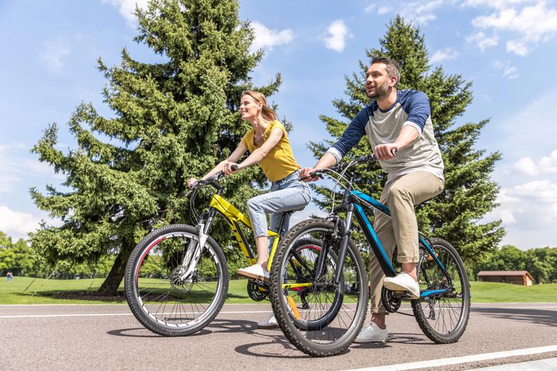 homem-mulher-andando-bicicleta