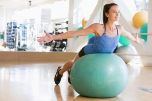 mulher-bola-pilates