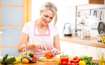 mulher-cortando-legumes