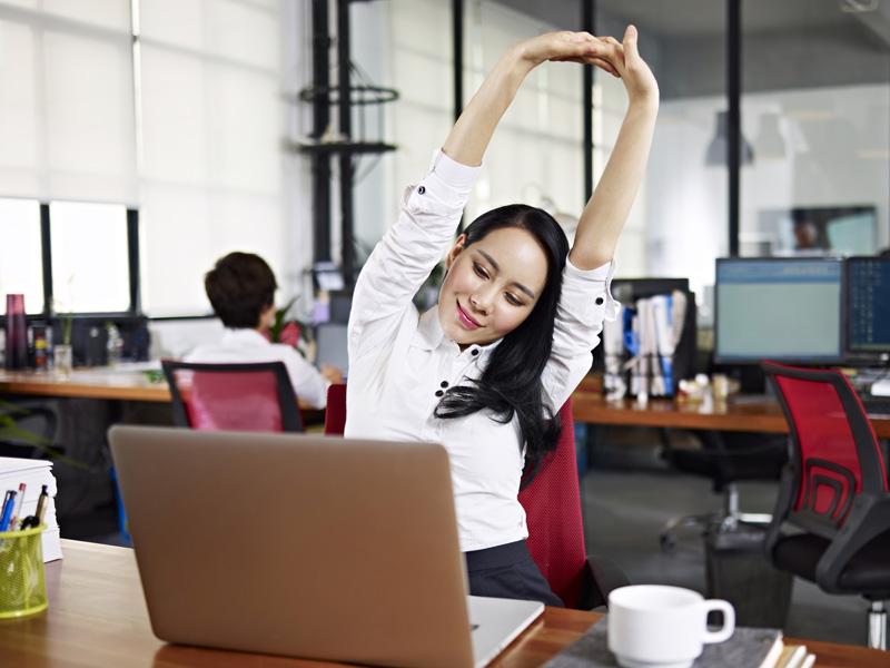 mulher-se-alongando-no-escritorio-tecnicas-relaxamento-fazer-qualquer-lugar